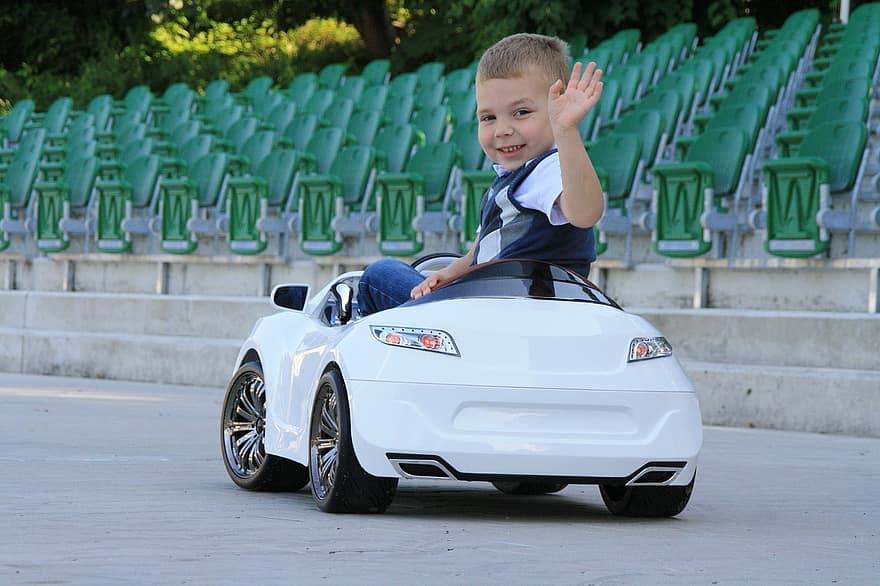 enfant sur une voiture jouet
