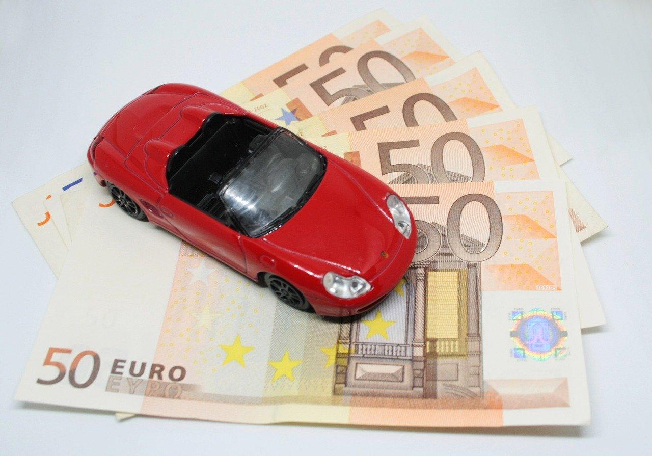 petite voiture sur des billets de 50 euros